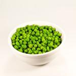 en vit skål med gröna ärtor