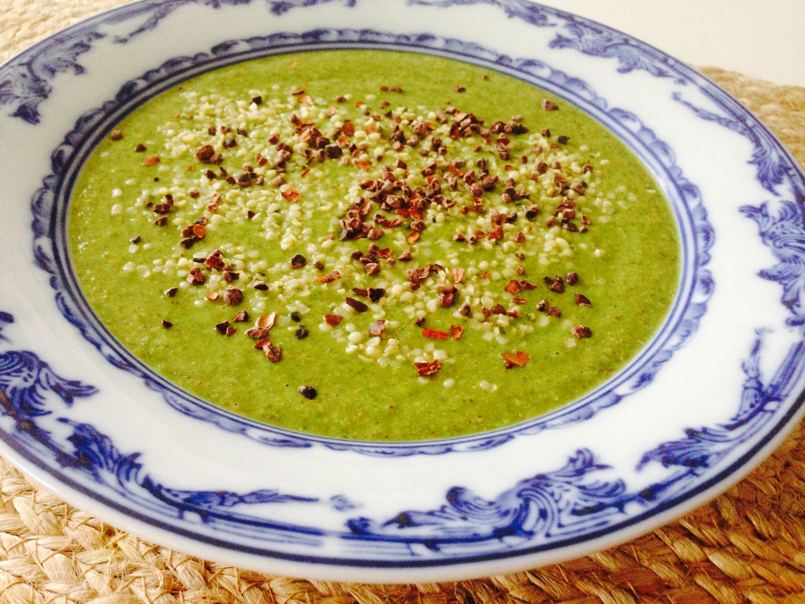Tallrik med Grön smoothie 143 toppad med hampafrön och coconibs