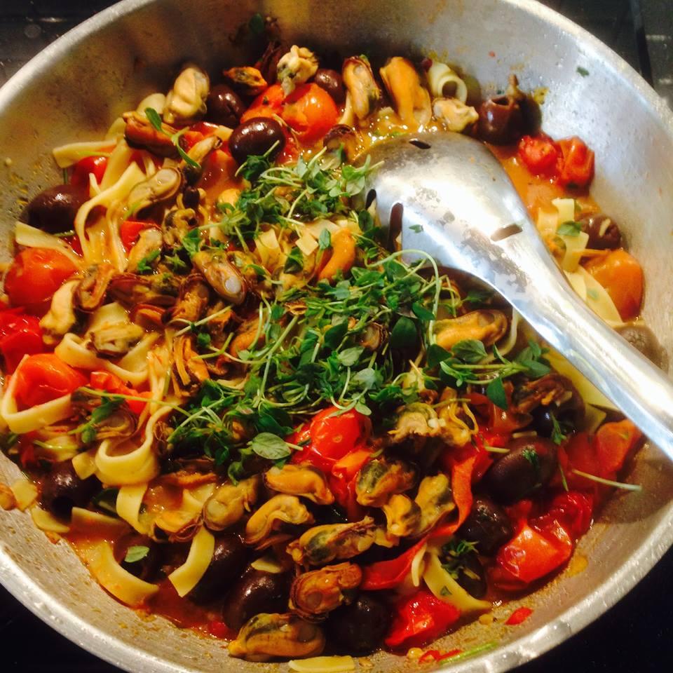 Puttanesca med musslor och spaghetti i gryta
