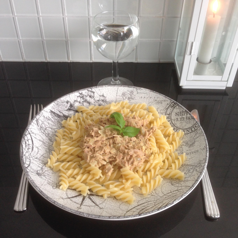 Tallrik med pasta och tonfisksås