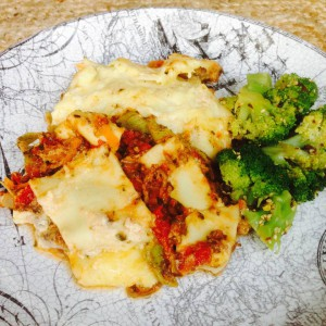 Lasagne och broccoli på tallrik