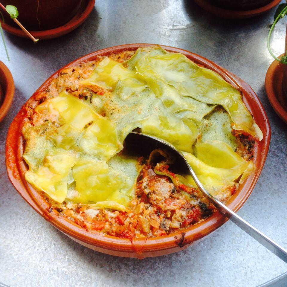 Vegetarisk lasagne i ugnsform med en sked i