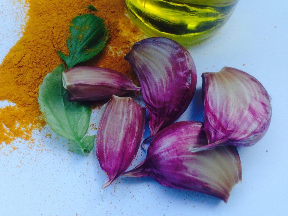 vitlöksklyftor, basilika, olivolja och gurkmeja