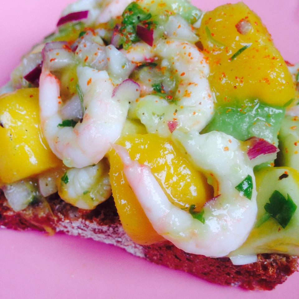 Avo-räk-mango-ceviche på smörgås