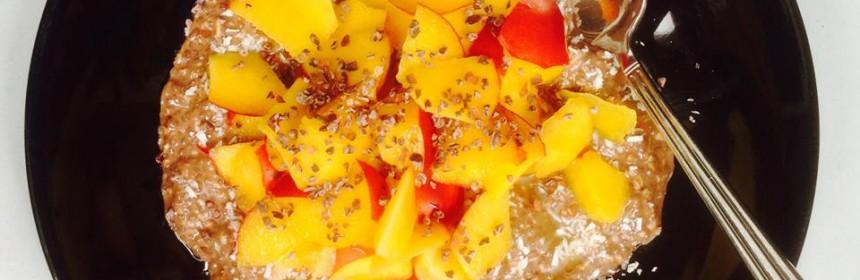 Rawgröt med nektariner i tallrik