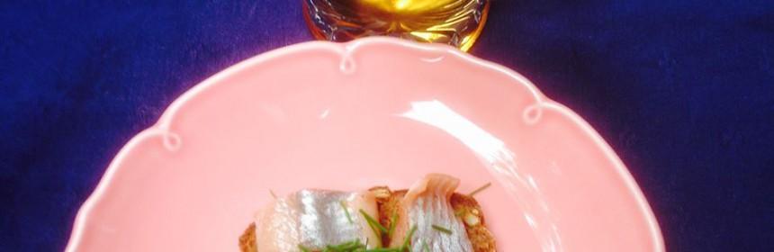Sillmacka på rosa tallrik och ett glas lättöl