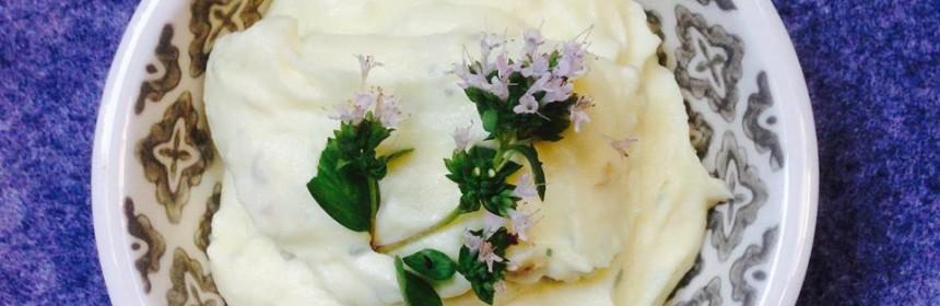 En skål med skordalia garnerad med en blomma