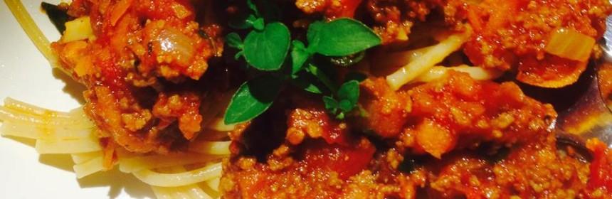 Köttfärssås och spaghetti i närbild