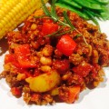 Chili con carne serverad på vit tallrik i närbild