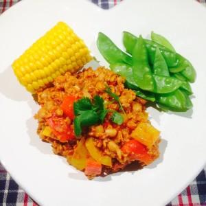Chili Sin Carne serverad på vit hjärtformad tallrik med halv majskolv och gröna bönor