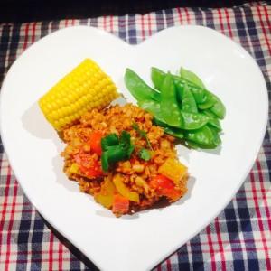 Chili Sin Carne serverad på hjärtformad tallrik med halv majskolv och gröna bönor