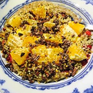 En tallrik gröt med topping och apelsiner