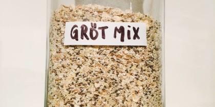 En glasskål med grötmix (torra ingredienser)