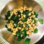 Rostfri panna med vita bönor och spenat ihopfräst