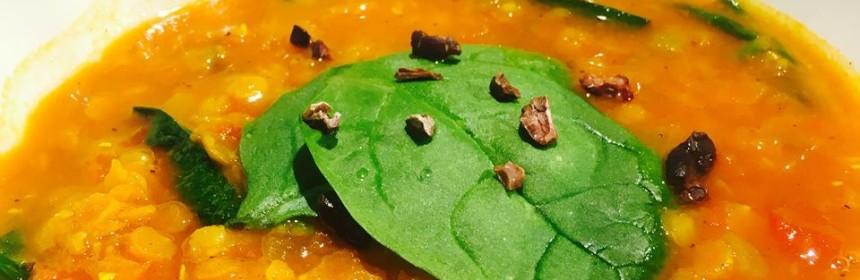 Indisk linssoppa i vit skål i närbild