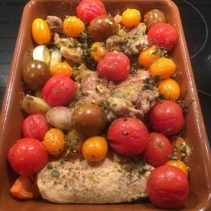 En brun gratängform med kyckling o tomater