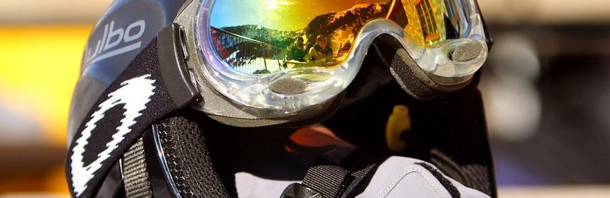 En skidhjälm med skidglasögon på på ett bord