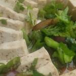 Tofu skuren i bitar med sallad