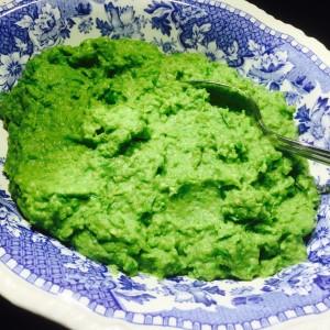 blåvit skål med ärtguacamole