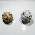 två nötbollar brevid varandra på vit tallrik