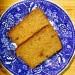 2 skivor valnötsbröd på en blå tallrik