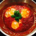 Panna med tre ägg i tomatsås