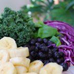 grönkål, rödkål, blåbär och bananer i närbild