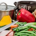 Grönsaker och kastruller samt en kniv