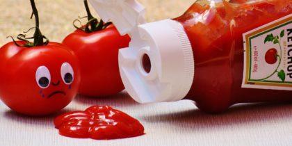 ketchupflaska och två tomater