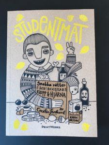 """Framsidan på boken """"Studentmat: snabba rätter som boostar kropp & hjärna"""" mot svart bakgrund"""