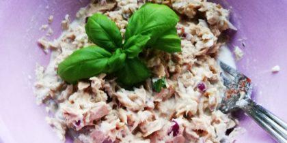 En rosa skål med tonfiskröran dekorerad med en basilikakvist