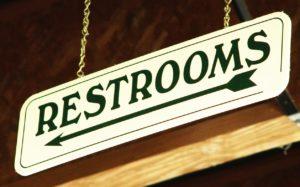 Skylt med texten Restrooms